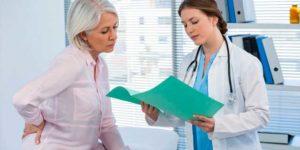 Фото: Жінка спілкується з лікарем-мамологом