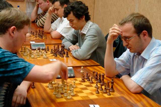 Мужчины играют в хобби (шахматы) - фото
