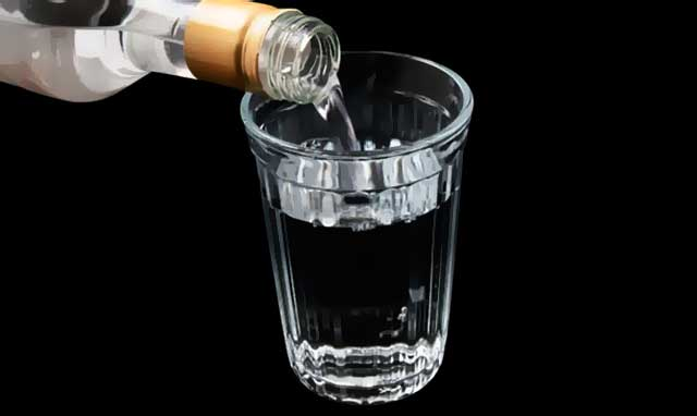 Водка наливается в стакан - фото